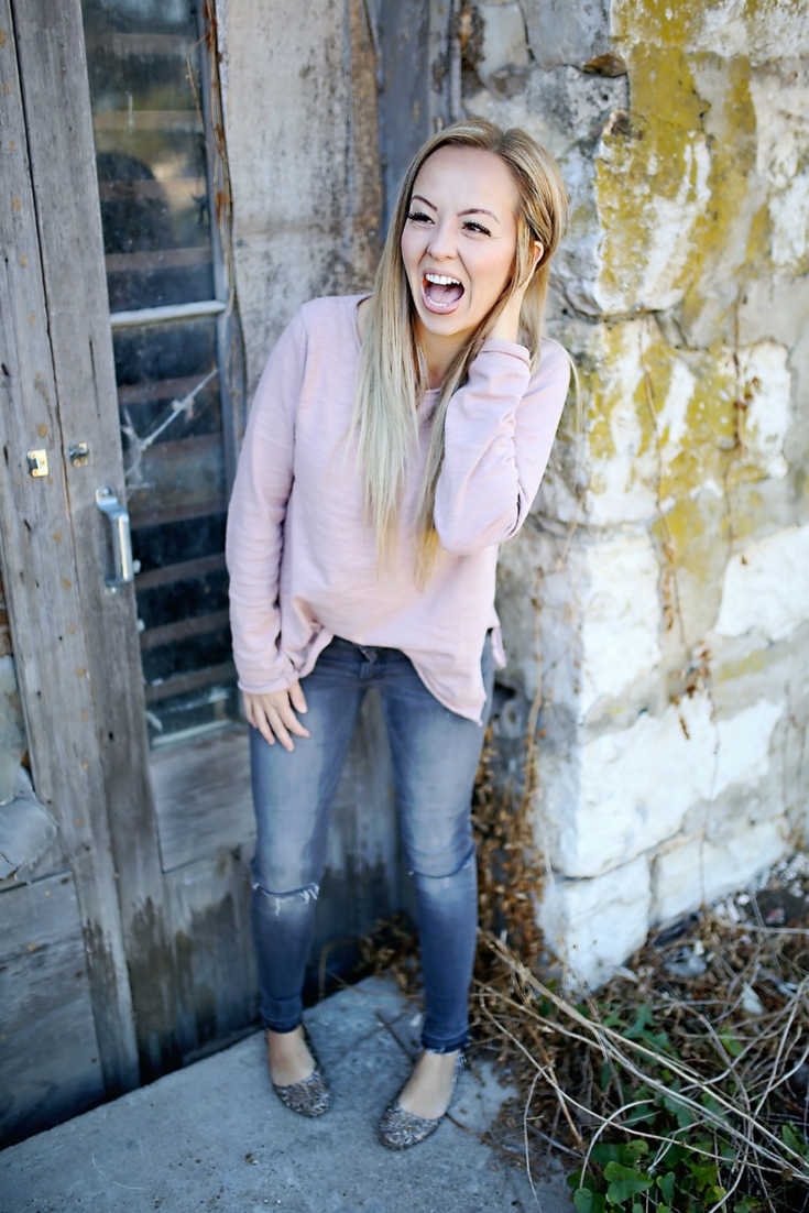 super cute outfit- casual jeans and sweatshirt look!